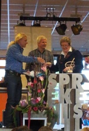 Tweede prijs, Edese Onderwijsprijs Uitreiking door wethouder van onderwijs, Gerrie Ligtelijn.